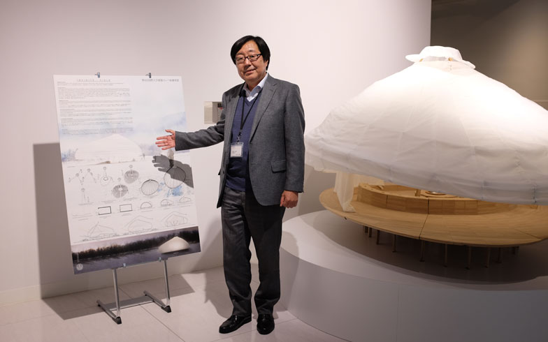 【画像4】財団があるのはLIXIL WINGビル(東京・江東区)。ここには、住生活文化にかかわる技術や歴史を紹介するLIXIL資料館(要事前予約)がありメム メドウズを紹介するコーナーも。建築コンペ第6回の最優秀賞となったデンマーク王立芸術アカデミーによる、INFINITE FIELDのモックアップも展示されており、高畑さんが解説をしてくれた(写真撮影/來嶋路子)