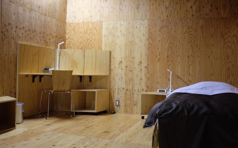 【画像5】わたしが宿泊をした部屋。木の肌合いを活かした落ち着いた空間で、アメニティも完備されている(写真撮影/來嶋路子)