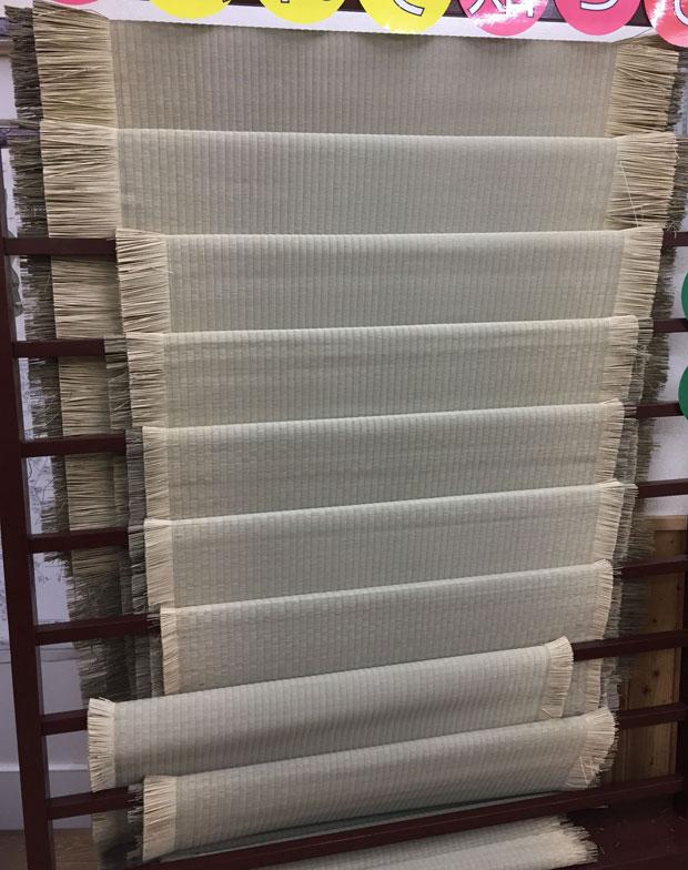 【画像3】畳表が展示されているあなみずショールーム。品質の良い物はい草の丈が長く、使用本数も多く、密に織られていることが確認できます(写真/SUUMOジャーナル編集部)