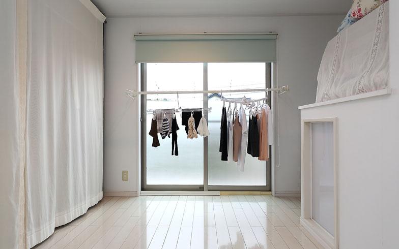 【画像2】DIYで窓枠の外側に折り畳み式のさお受けを設置。物干しざおをかければ、一番日当たりのいい2階寝室の窓辺が洗濯物干し場に早変わり。レースカーテン越しの日差しでも十分乾くとのこと(写真撮影/飯田照明)