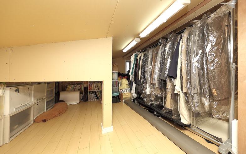 【画像4】小屋裏収納には季節外の衣類、保存書類や書籍、プラスティックケースに入れた思い出のものなど普段使うもの以外を置いている(写真撮影/飯田照明)