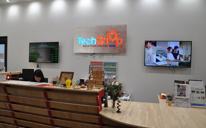 【画像1】アーク森ビルの3階にあるTechShop Tokyoのフロントデスク。ここで受け付けをしてから入館する(写真撮影/嘉屋恭子)