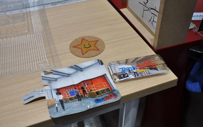 【画像6】スマホケースへのプリント・加工だってこのとおり。アイデアさえあれば、ヒット商品で億万長者の夢もかなうかも?(写真撮影/嘉屋恭子)