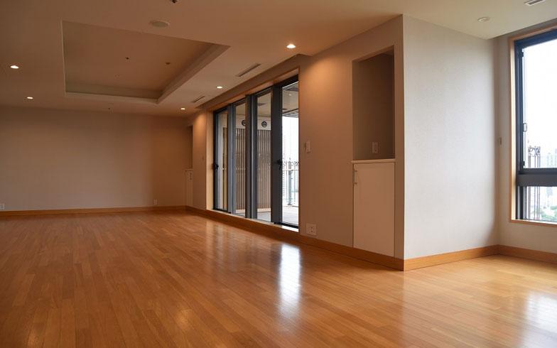 画像1】ちょっとした社交ダンスの大会が開けそうな大空間(写真撮影:榎並紀行/やじろべえ)