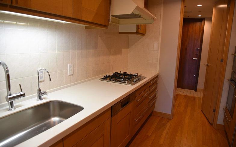 【画像4】でかいカツオも余裕でさばけそうな広いキッチン(写真撮影:榎並紀行/やじろべえ)