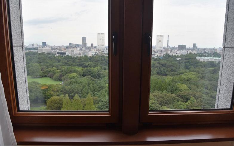【画像9】北側の窓からは自然を眼下にとらえる。こんなに心地いい目覚めがほかにあるだろうか(写真撮影:榎並紀行/やじろべえ)
