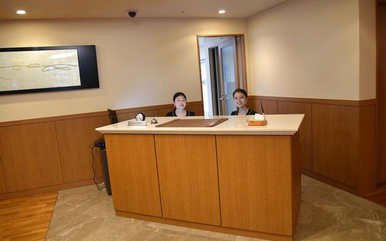 【画像12】一流ホテル並みのコンシェルジュ(写真撮影:榎並紀行/やじろべえ)