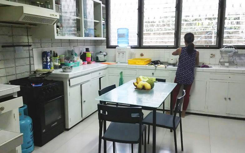 【画像1】キッチンで夕食の準備をするお手伝いさん(写真撮影/四宮朱美)