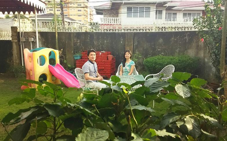【画像3】佐藤さん宅も広い庭がある。1年半前に再婚した櫻井武士さんは理解のあるパートナー(写真撮影/四宮朱美)