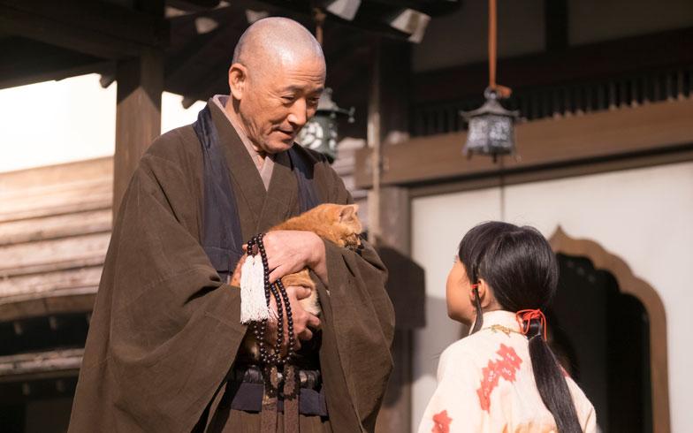 【画像4】龍潭寺の南渓和尚(小林薫)と、幼いころの直虎(新井美羽)(画像提供/NHK)
