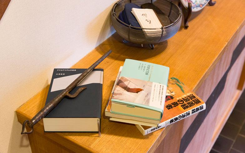 【画像2】無造作に本が置かれた一角。最近の著書は自身の住まいでの経験したリフォームとその人間模様を描いた「リフォームの爆発」、最新作『ギケイキ:千年の流転』がある(写真撮影/林 和也)