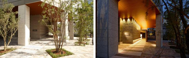 【画像3】昼(左)と夜(右)のエントランスの様子。共用部では、アプローチ壁面にルーバーを新設。軒裏天井を木目調に変更し、柱の仕上げに温かみのある色合いの石を採用するなど、住む人を迎え入れる住宅としての雰囲気を醸成。植栽についても、樹齢300年を超えるスペイン産オリーブの古木をシンボルツリーとして配し、風格のある植栽計画としている(画像提供/東急不動産)