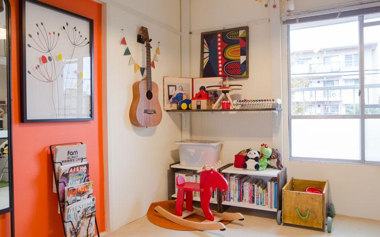 【画像7】壁面のシェルフは、ホームセンターで手に入る木材「ツーバイフォー材」を突っぱり式の棚にできる「ディアウォール」で取り付けました。壁にかけたギターはおもちゃではなく、メイドインジャパンの「ヤイリギター」(写真撮影/片山貴博)