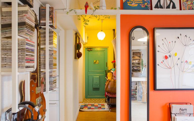 【画像10】玄関の扉は爽やかなブルー、そのまわりは鮮やかなイエローでペイント。玄関マットはカラフルな「ギャッべ」。多色が使われているのに不思議とまとまって見えるのが、インテリア上級者宅の特徴です(写真撮影/片山貴博)