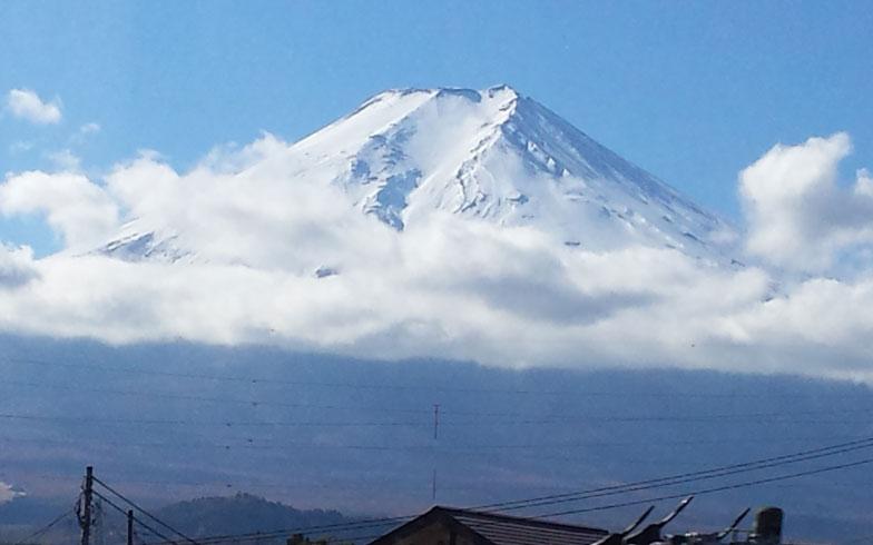 【画像1】中央高速を走る車から見えた、雲の上に富士山。今日はイイ日になりそう!(写真撮影/Vivien藤井)