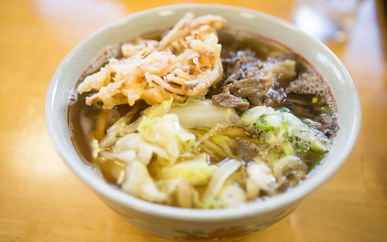 【画像3】七味唐辛子とごま油を混ぜた調味料を入れるとさらにおいしい。たくさん入れるのが次郎さんのおすすめ(写真撮影/片山貴博)