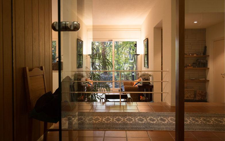 【画像6】イタリアから輸入された建具や自然素材が多く使われている。床はテラコッタ、床暖房が気持ちいい季節(写真撮影/片山貴博)