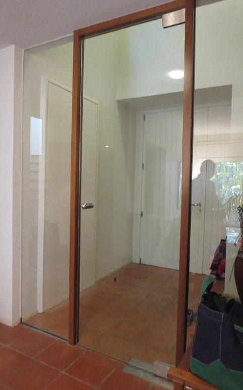 【画像7】室内側から見ると、こんなに広い玄関スペース(写真撮影/Vivien藤井)