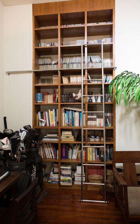 【画像 11】「このドリアデ社製のシェルフを見て、一発で気にいっちゃった」と、本好きの次郎さん(写真撮影/片山貴博)