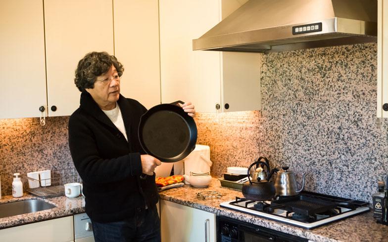 【画像 13】こだわりの鉄器類も充実、「一人でもステーキを焼いて食うよ」。御影石張りの独立型キッチン(写真撮影/片山貴博)