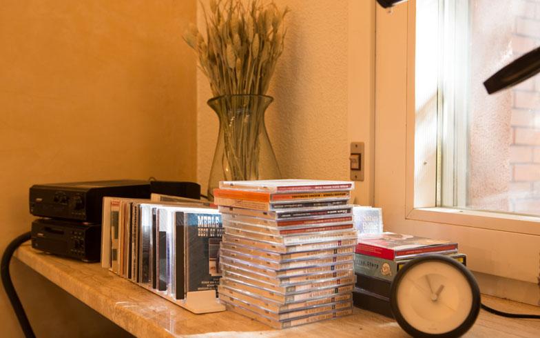 【画像1】本日の選曲は、Chet Bakerのトランペットとボーカル。Bluetoothも使いこなす驚異の75歳!?(写真撮影/片山貴博)
