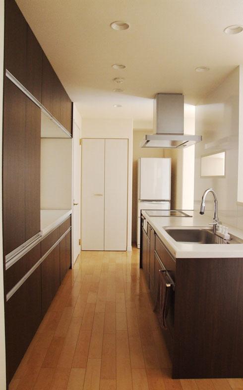 【画像2】キッチン用品はすべて収納の奥にしまってある。「料理は得意ではないのでこだわりがない」と話す。ボールは丼と鍋で代用するなど、最小限の物を使いまわす(画像提供/ゆるりまいさん)