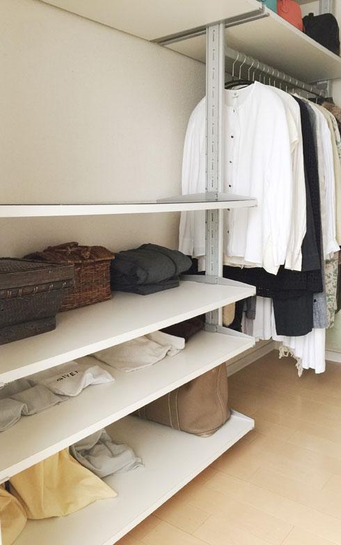 【画像3】夫婦の寝室の横にあるウォークインクローゼット。写真はゆるりさん用で、向かい側が夫用。この1カ所に1年分の洋服、下着、バッグ、靴までが全てつまっている(画像提供/ゆるりまいさん)