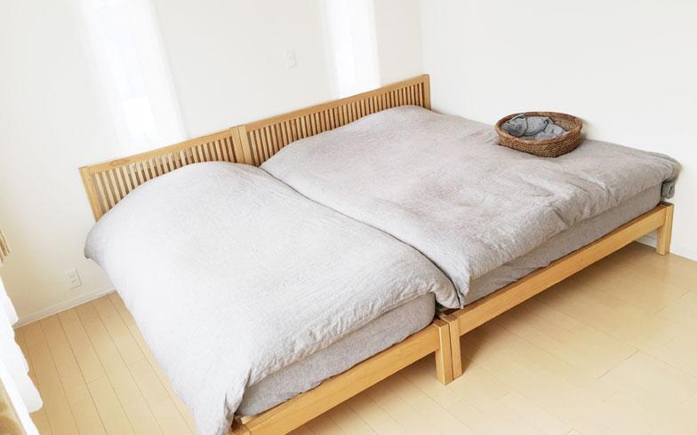 【画像5】夫婦と猫たちの寝室は、ティッシュもベッドサイドテーブルもなく、ベッドだけを設置。寝ている間に地震が起きても家具が倒れる心配がなく安心・安全、かつ睡眠に集中できる(画像提供/ゆるりまいさん)