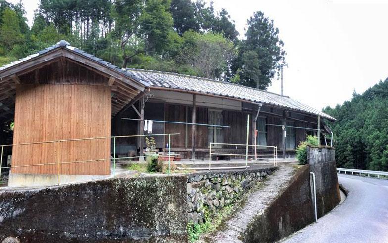 【画像3】高知県越知町にある別荘。修繕が必要なため格安で借りることができた。水まわりなどをDIYで修理している(写真提供/ハンモサーフィン協会)