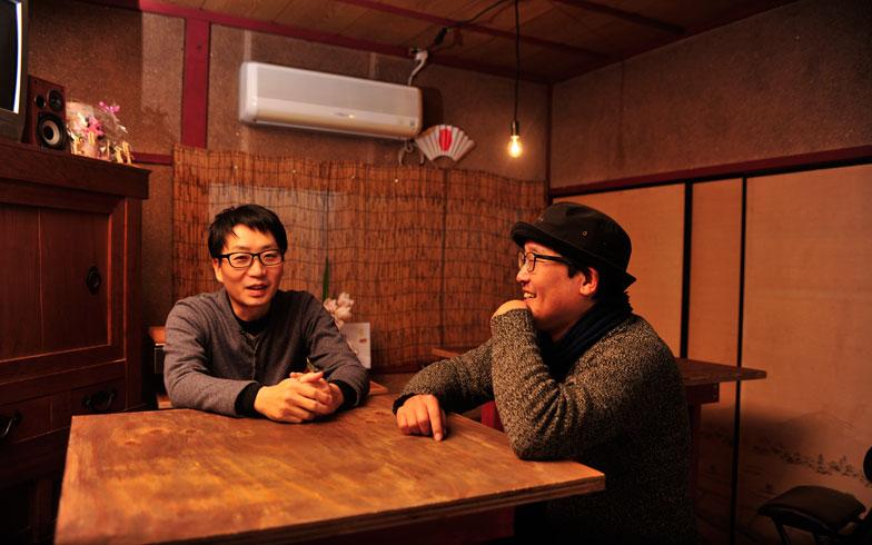 【画像8】改装後の「のどけや」1階で談笑する柴田さん(左)と同協会理事の長町敏明さん。このスペースは会員が経営するおでん屋やバー、食事処にも利用されている(写真撮影/藤川満)