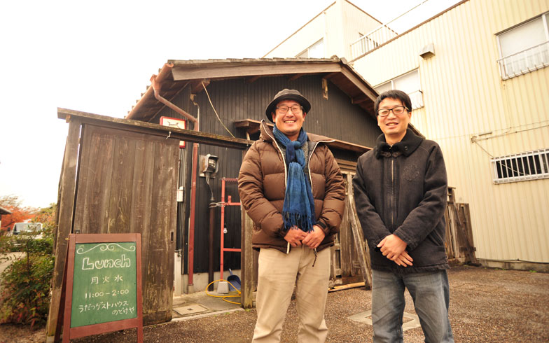 【画像10】「のどけや別館」の前に立つ柴田さんと長町さん。別館は道の駅にも隣接していて観光客の利用も多い(写真撮影/藤川満)