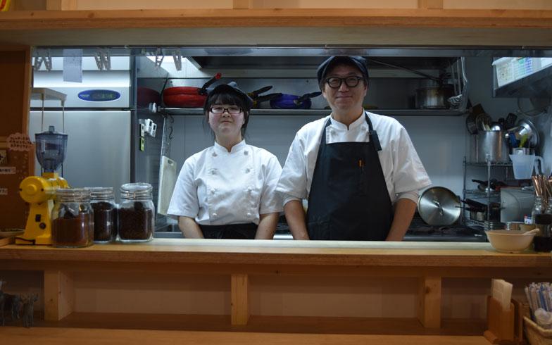 【画像6】店長の松本さん(右)と調理スタッフの茜さん。「常連さんが多く、下宿のまかないをつくっている感覚で、アットホームな雰囲気ですね」と松本さん(写真撮影/SUUMOジャーナル編集部)