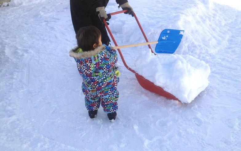 【画像2】雪をはねるときに欠かせないのが除雪用ダンプ。たっぷり雪をのせて運ぶのだが、かなり重い! (写真撮影/來嶋路子)