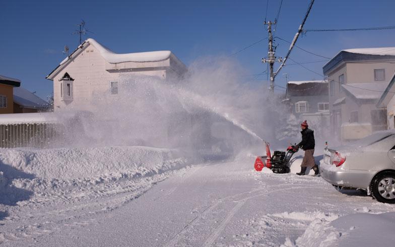 【画像3】購入した除雪機。雪を向かいの空き地に飛ばす(写真撮影/來嶋路子)
