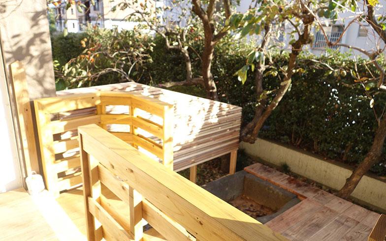 【画像11】1階住戸のバルコニーのフェンスを木製に変更(写真提供/スペースRデザイン)