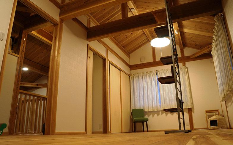 【画像2】2階は大きな子ども部屋用の空間。現在は愛猫るりちゃんの遊び場になっているが、将来的には2つの部屋に分割アレンジできる設計になっている(写真撮影/桑谷タケル)