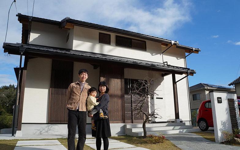 【画像3】まだ白壁がまぶしい自宅前で。室内同様に天然木を取り入れた和のデザインは、洋風デザインの多い住宅街の中でひときわ個性を主張している(写真撮影/桑谷タケル)