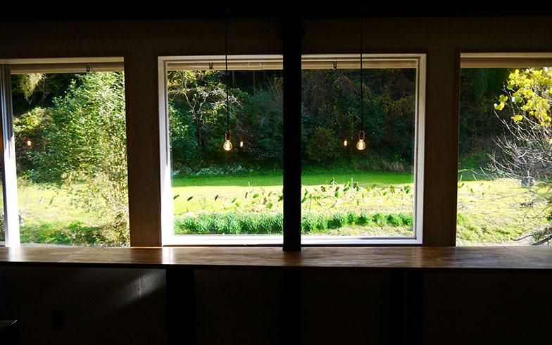 【画像5】季節の移ろいを楽しめるようにと窓を大きく取ったおかげで開放感を感じられるデスクスペース。テーブルも窓枠の高さに合わせてDIY。座っているだけで感性が刺激される(写真撮影/フルカワカイ)