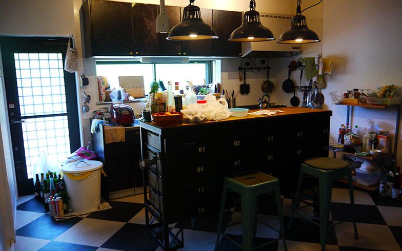 【画像7】ブルックリンスタイルのキッチン。ステンレス製の照明とチェストが生活感を感じさせない。キッチンは居住者たちのちょっとした交流の場としても活躍(写真撮影/フルカワカイ)