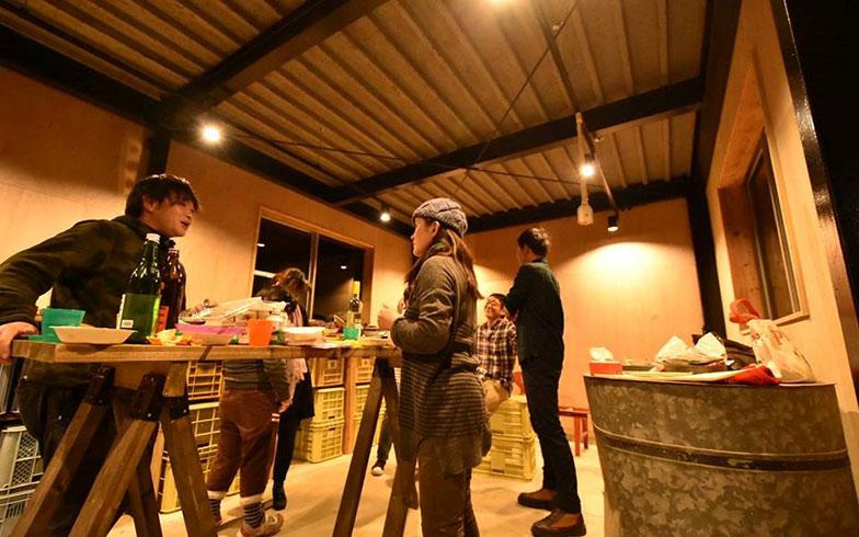 【画像11】月に1回の立ち飲みバーでは一品持ち寄れば地域外の人でも自由に参加可能。現在では地元で農家やサービス業を営む人たちとクリエイターの情報交換の場になっている(写真撮影/谷口竜平)