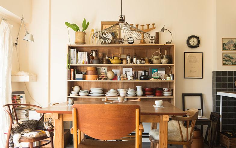 【画像1】リビングの壁に取り付けられた食器棚の背板は古い雨戸を利用。シンプルなつくりながらも風合いがすてき。美しい食器や手道具を並べればちょっとしたアート展示のよう(写真撮影/片山貴博)