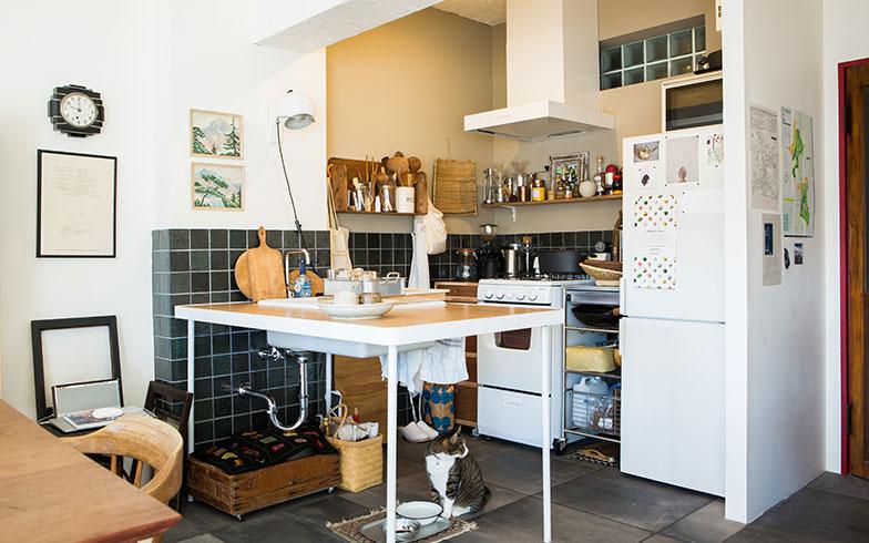 【画像2】キッチンは近代建築に大きな影響を与えたル・コルビュジエのサヴォア邸にインスピレーションを受けてデザイン。キッチンカウンターはDIYの溶接をサポートする「フェニーズ」と、木工を教えてくれる「相談家具屋」との協同で仕上げたオリジナル(写真撮影/片山貴博)