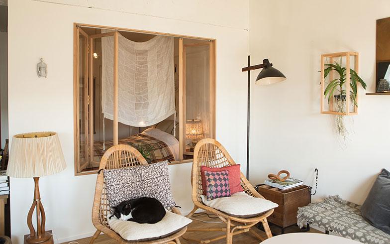 【画像3】台湾旅行で目にした折れ戸が気になり、「相談家具屋」に協力を要請。もともと障子で仕切られていた和室には、光を採り入れられるように壁とガラス戸をつけた。「相談家具屋」のサポートがあったからこそ、このDIYを実現することができたと石井さん(写真撮影/片山貴博)