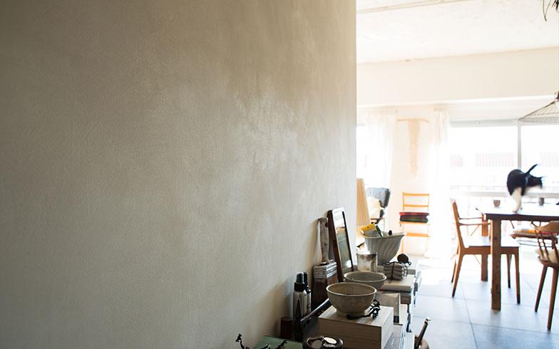 【画像6】色だけではなく質感を大事にしたいと「グラスペイント」という光を透過するペイントを使用。細かいガラスの粒子が光をモヤモヤと反射させるため、表情のある壁になる。同じ白でも場所ごとに質感が違うペイントで塗装するのが石井流(写真撮影/片山貴博)