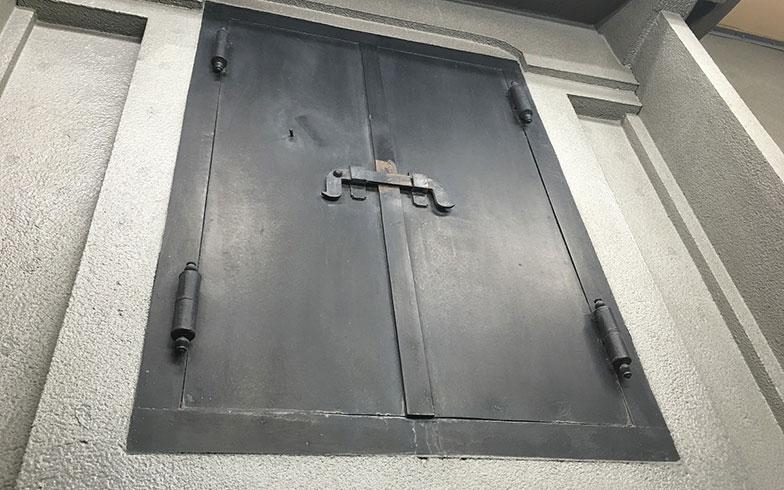 【画像2】いかにも堅牢そうな鉄扉(写真撮影/榎並紀行)