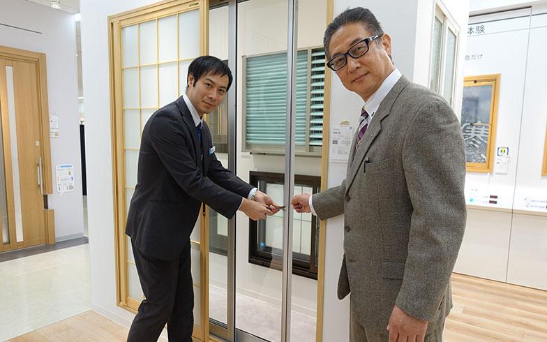 【画像8】YKK APの小林さん(右)と尾方さん。実物を見ながら、窓の構造や注意点について詳しく教えていただきました(撮影/金井直子)