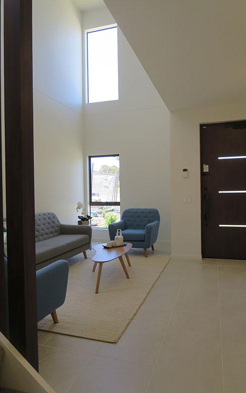 【画像14】欧米のドア開きは、日本と反対の内開き。日本製の外開きに対する違和感も、性能の良さをアピールして納得してもらう。広い吹抜けの玄関ホール(写真撮影/藤井繁子)