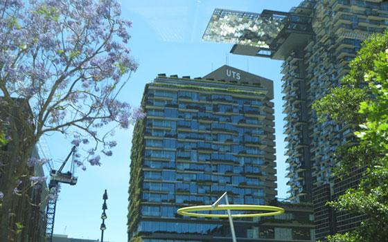 【画像17】高層マンションに壁面緑化や反射板で自然光を活用するなど環境を配慮した建築。世界的な建築賞を数々受賞(写真撮影/藤井繁子)