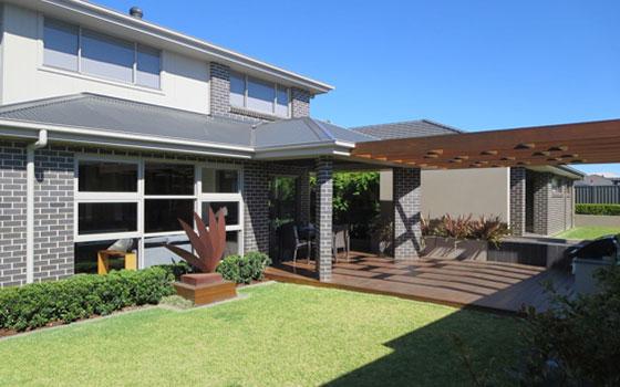 【画像9】裏庭から見たAL FRESCO、屋根有りとパーゴラの2段階バージョン(写真撮影/藤井繁子)