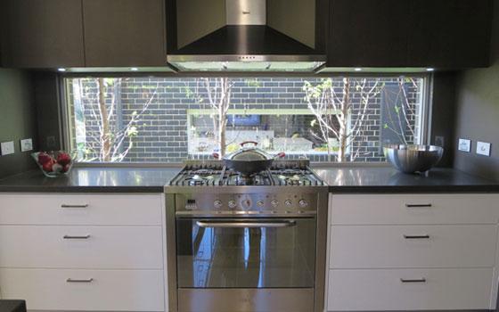 【画像13】キッチン前のワイドなFIX窓から、光が入り気持ち良い(写真撮影/藤井繁子)